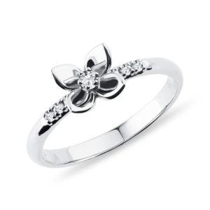 Diamantový prsten z bílého zlata ve tvaru květiny KLENOTA